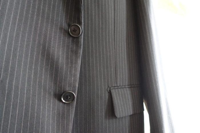 安いスーツのボタン