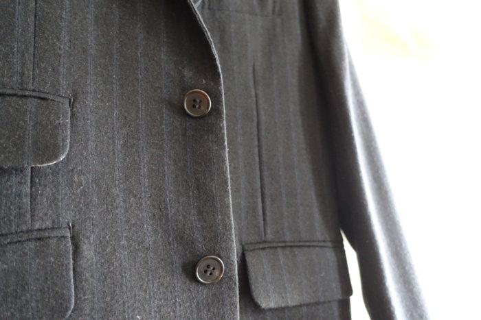 高いスーツのボタン