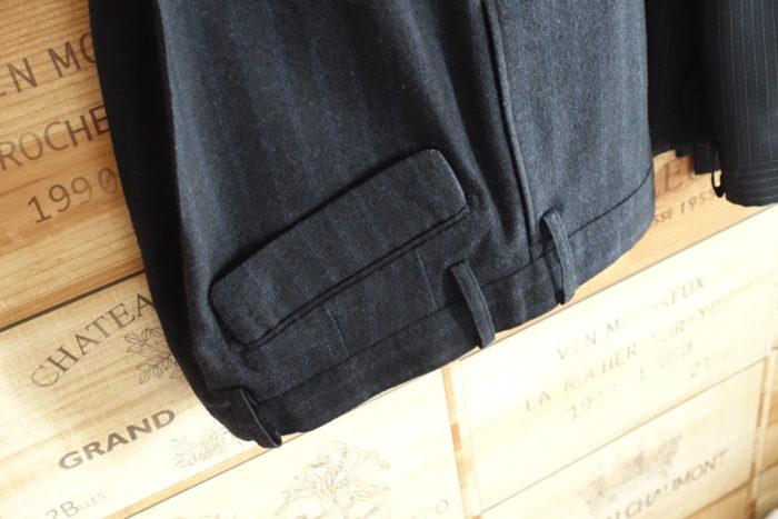 高いスーツの後ろポケット