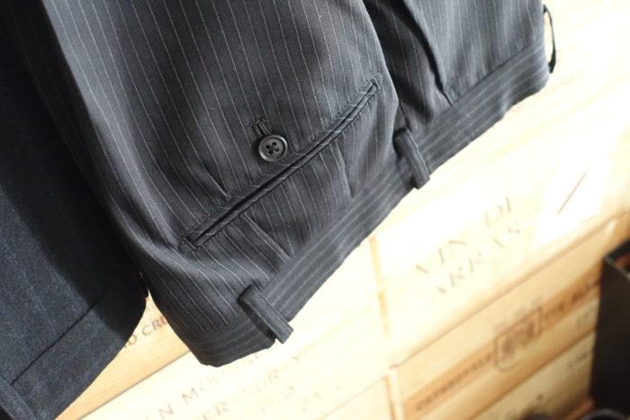 安いスーツの後ろポケット