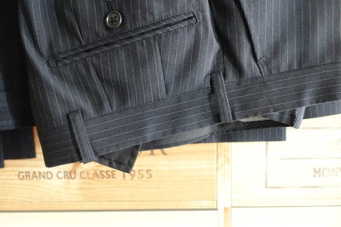 安いスーツの後ろベルトループ