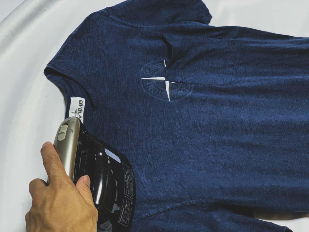 Tシャツをアイロンがけ
